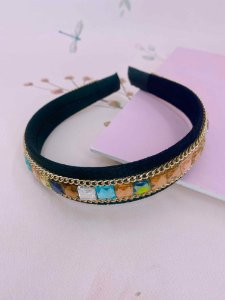 Arco tecido preto com pedras coloridas e correntes dourada