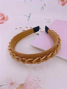 Arco tecido caramelo e corrente dourada