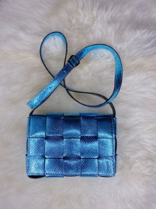 Bolsa trançada - azul metálica