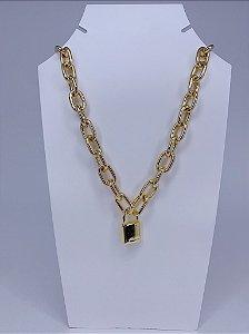 Corrente dourada com pingente de cadeado
