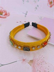 Arco veludo amarelo com pedras coloridas