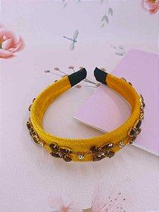 Arco veludo amarelo e flor de pedras