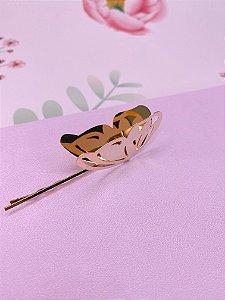 Grampo na cor dourada com borboleta que abre