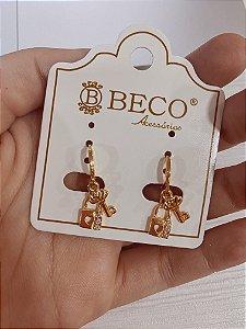 Argolinha dourada com pingente de chave e cadeado com zircônia