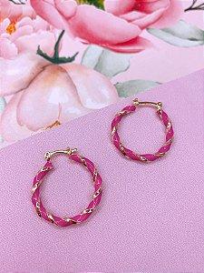 Argola resina rosa e detalhe trançado dourado - média