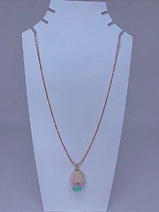 Colar longo fino rosa claro com dourado e pingente de tassel