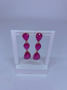 Brinco dourado com 3 pedras em formato gotas rosa