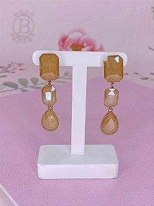 Brinco dourado com 2 pedras quadradas e uma gota bege