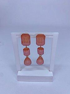 Brinco dourado com 2 pedras quadradas e uma gota laranja