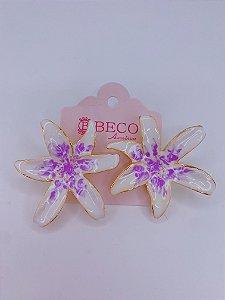 Brinco Flor esmaltada - branca com lilás
