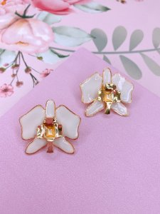 Brinco Flor esmaltada com detalhe dourado - amarelo, rosa, azul ou branco