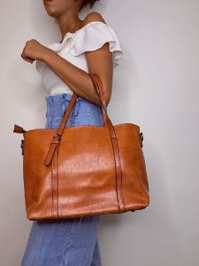Bolsa baú grande com material maleável marrom