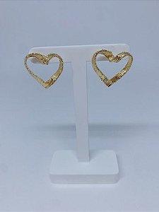 Brinco coração com detalhe riscadinho - prata ou dourado