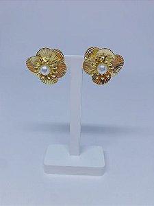 Brinco flor pequeno com detalhe de pérola -prata ou dourado