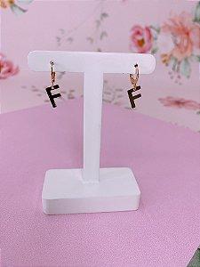 Brinco argolinha dourada com letra F