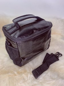 Necessaire térmica, com bolso de tela na lateral e alça ajustável - preto