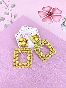 Brinco esmaltado quadrado vazado - dourado com amarelo