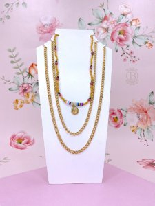 Trio de colares com correntes, bolinhas bege e coloridas com pingente de concha
