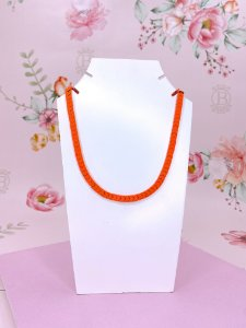 Colar metal de seta - vermelho, verde, azul, roxo, amarelo ou laranja