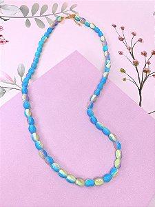 Colar pedras mescladas nos tons de azul, lilás e amarelo