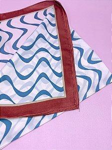 Lenço branco com ondas azuis e borda vermelha