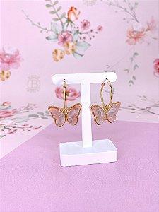 Argola dourada com pingente borboleta rosa claro