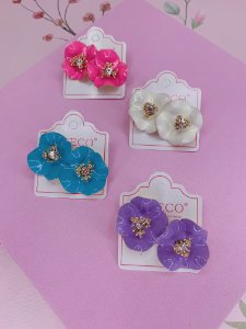 Brinco dourado flor com pétalas ondulada esmaltadas-branco,rosa,lilás ou azul
