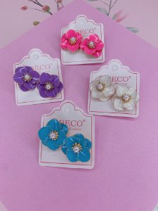 Brinco Flor esmaltada com pérola - azul, rosa, lilás ou branco