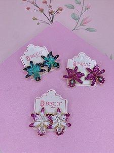 Brinco Orquídea esmlatada com detalhe de pedra - azul, roxo ou branco com roxo
