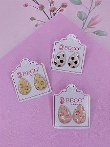 Brinco gota esmaltada com bolinhas - bege e pret, bege e rosa ou amarelo e rosa