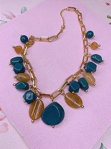 Colar elos dourados com pedras em tons de bege com azul