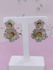Brinco Flores com detalhes riscados - prata ou dourado