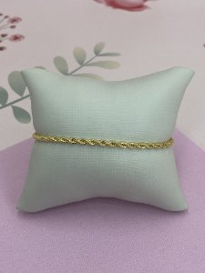 Pulseira dourada de cordão baiano.