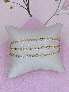 Pulseira dourada com mini corações vazados