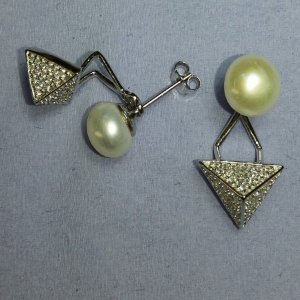Brinco de Prata ear jacket com pérola de água doce e pirâmide em zircônia - LINDO !!