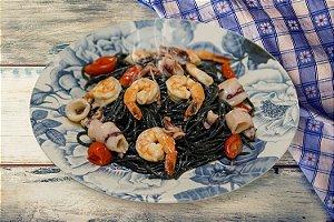 Espaguete Nero de Sépia com Lula e Camarões