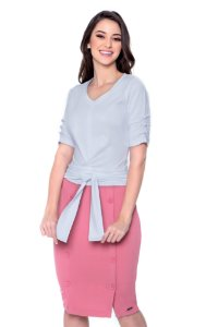 Blusa de malha cor branca ,com amarração, botões encapados na manga.