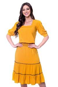Vestido de viscolinho com decote quadrado, lastex na cintura e babados com costuras coloridas na parte de baixo.