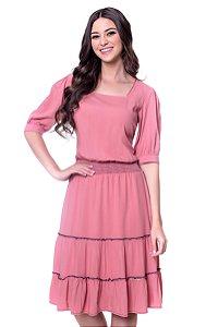 Vestido viscolinho com decote quadrado, lastex na cintura e babados com costuras coloridas na parte de baixo