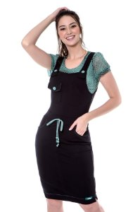 Salopete de moletinho com bolsos funcionais, botões e roletê coloridos, acompanha blusa
