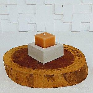 Castiçal de cimento com vela quadrada