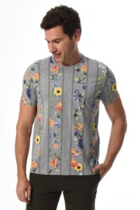 Camiseta manga curta com estampa floral