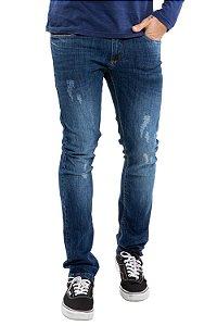 Calça jeans com detalhe em puídos
