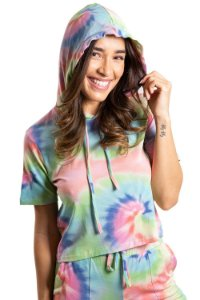 Blusa manga curta com capuz estampa tie dye