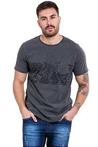 Camiseta manga curta com bolso detalhe estampa folhas