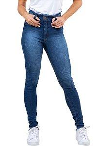 Calça jeans skinny cós e barra desfiada detalhe puídos
