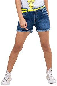 Shorts jeans barra dobrada desfiada c/ cinto neon