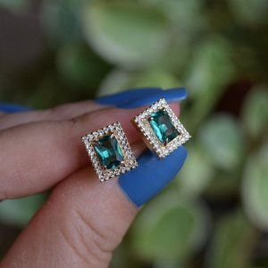 Brinco retangular cristal verde zircônia ouro semijoia