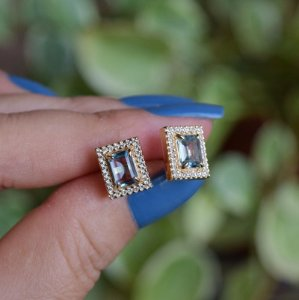 Brinco retangular cristal azul claro zircônia ouro semijoia