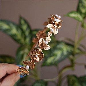 Tiara metal flores e pérolas dourado